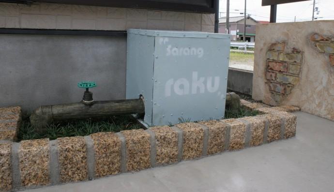 井戸ポンプのカバー、配管部はラッキングでアンティーク調に。。