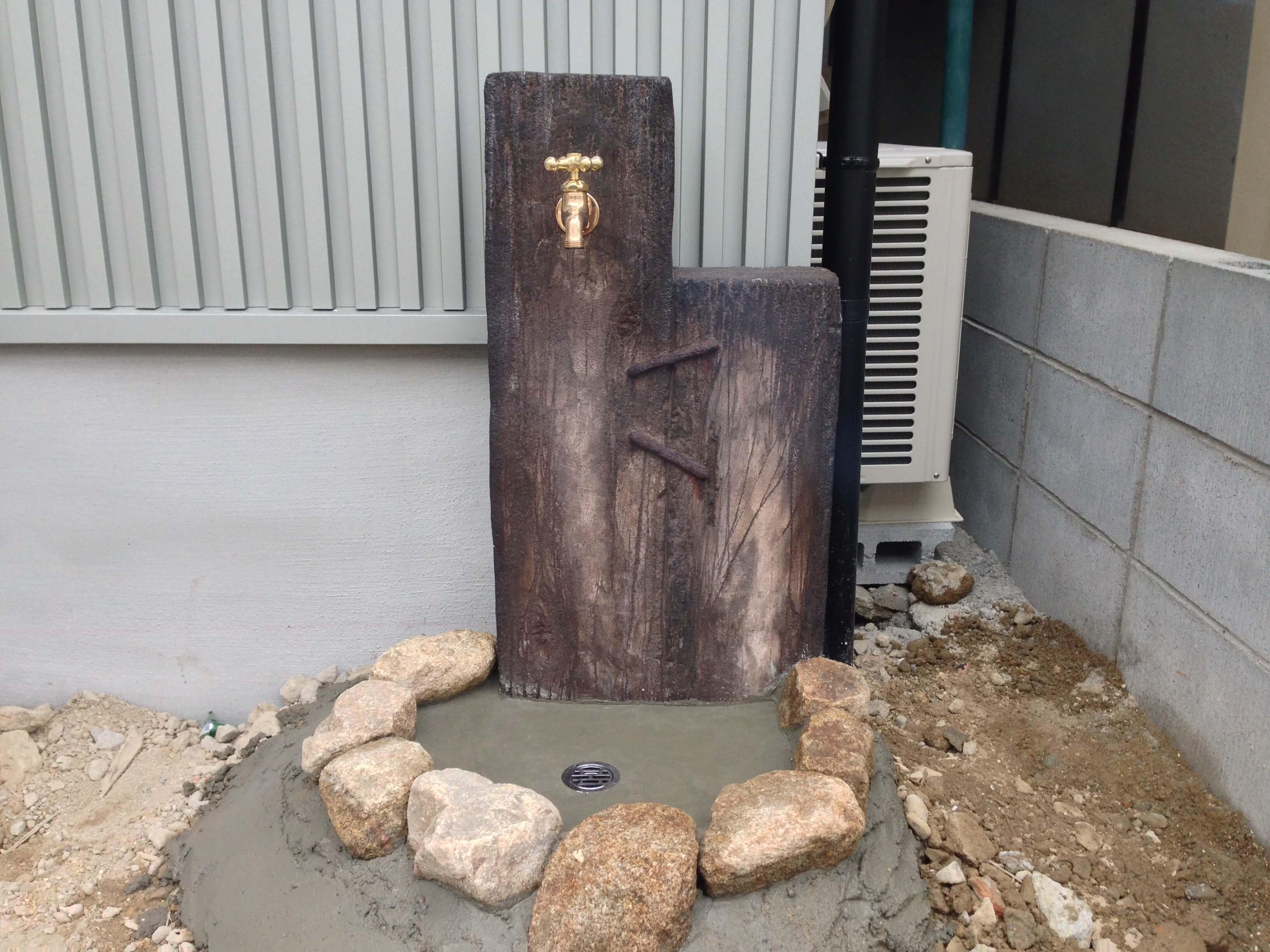 枕木立水栓、モルタルですので腐りません。